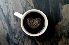 Schalenkaffee mit Herzsymbol Lizenzfreies Stockfoto