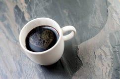 Schalenkaffee mit Herzsymbol Stockfotos