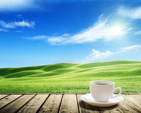 Schalenkaffee und Toskana-Hügel Stockfotografie