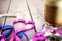 SchalenKaffeetasse, Herz auf Tabelle Stockfotografie