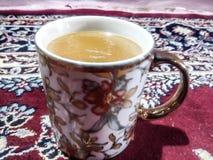 Schalenkaffeetee-Gelbweiß Stockbilder
