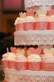 Schalenkuchen auf Anzeige stockfotografie