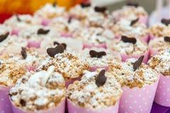 Schalenkuchen in den rosa Schalen stockfoto