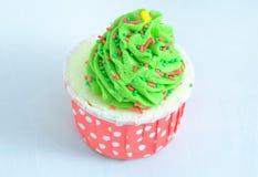 Schalenkuchen mit grüner Zuckerglasur und Süßigkeiten Stockfotos