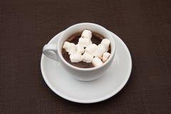 Schalenschokolade mit Zefir auf brauner Tabelle Lizenzfreie Stockfotos