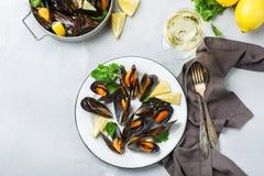 Schalentiermiesmuscheln mit Weißwein, Meeresfrüchte auf einer Tabelle stockbilder