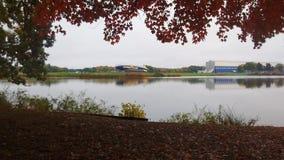 Schalldichte Zelle und Aufhänger Goodyear über dem See lizenzfreies stockfoto