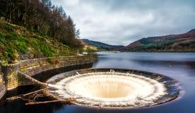 Schalltrichtersammelverschlussstopfen-Öffnung an Ladybower-Reservoir stockfotos