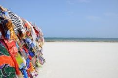 Schals auf dem Strand Stockbilder