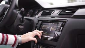 Schalten Sie Autoaudiosystem an stock footage