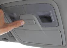 Schalten Sie hellen Schalter im Auto ein stockbild