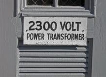 Schalten Sie transformator 2300 Volt, Text auf Schild an, Stockbild