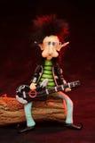 Schalthebelzwerg, der die Gitarre spielt Stockfotos
