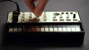 Schaltung-auf analogem Midi-Prüfergerät für die solide Ausgleichung stock video