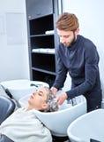 Schampo för hår, skönhetsalong, hårwash arkivbild