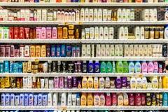 Schampoflaskor som är till salu på supermarketställning Arkivbilder