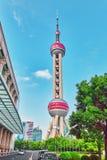 SCHANG-HAI 24 MAGGIO 2015 Torre orientale della perla sul backgro del cielo blu Fotografie Stock Libere da Diritti
