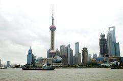 Schang-Hai - paesaggio urbano con il fiume di Huangpu fotografia stock