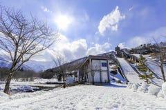 Schansgebied of skispringplanken tegen met sneeuw op het onderstel Stock Fotografie