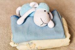 Schapenstuk speelgoed bij bed royalty-vrije stock afbeelding