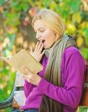 Scharf auf Messwert Zeit f?r Zusammenfassung Weiterbildung ich lerne f?r mich Frau las interessanten Park des Buches im Fr?hjahr stockfotografie