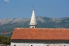 Scharfe Dachspitze des Kirchturms Stockbild