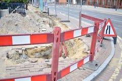 Scharfe Ecke einer Straße mit Straßenarbeiten Lizenzfreies Stockfoto