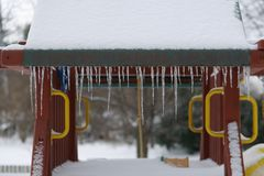 Scharfe Eiszapfen hängen vom Fort der Kinder stockbilder