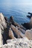 Scharfe Felsen und Meer Stockbild