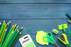 Scharfe grüne Bleistifte und Büroartikel Lizenzfreie Stockfotos