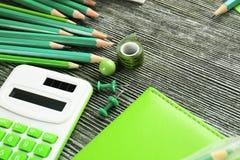 Scharfe grüne Bleistifte und Büroartikel Lizenzfreies Stockbild