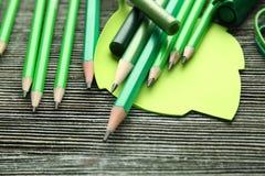Scharfe grüne Bleistifte und Büroartikel Stockbilder