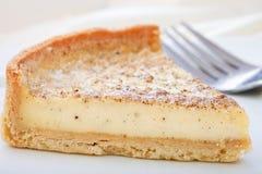 Scharfe Scheibe des Vanillepuddings auf einer Platte. Stockbilder