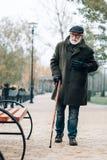 Scharfe Schmerz des ernsten Pensionärgefühls im Kasten lizenzfreies stockbild