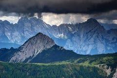 Scharfe umrandete Spitzen unter dem Bedrohen von dunklen Wolken in den Karnische Alpen lizenzfreie stockfotografie