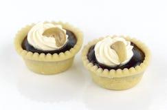 Scharfe Vanillecreme mit Acajounuss auf weißem Hintergrund Lizenzfreies Stockfoto