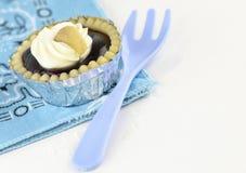 Scharfe Vanillecreme mit Acajounuss auf weißem Hintergrund Stockfoto