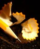 Scharfer Bleistift mit Schnitzeln Lizenzfreie Stockfotos