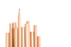 scharfer Bleistiftstand aus anderen braunen Bleistiften heraus Stockfoto