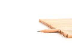 Scharfer brauner Bleistiftstand aus dem anderen Braun heraus zeichnet an Stockfotos