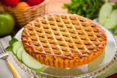 Scharfer moderner köstlicher schöner sauberer Nachtisch des gesamten ganzen Apfelkuchens Stockbilder