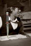 Scharfes Messer verdübelte in Holztisch Stockfotos