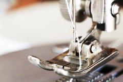 Scharfes Spiel mit Thread, Nähmaschine, Makro stockbilder