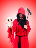 Scharfrichter im roten Kostüm mit Axt auf Weiß Lizenzfreie Stockbilder