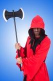 Scharfrichter im roten Kostüm mit Axt auf Weiß Lizenzfreie Stockfotografie