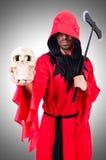 Scharfrichter im roten Kostüm mit Axt Stockfotografie