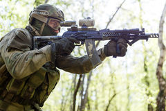 Scharfschütze auf Aufgabe im Holz lizenzfreies stockfoto
