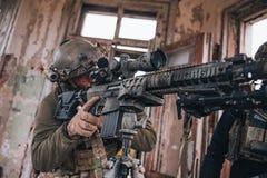 Scharfschütze, der vom Gewehr zielt Selektiver Fokus lizenzfreies stockbild