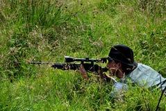 Scharfschütze im Gras Stockbilder