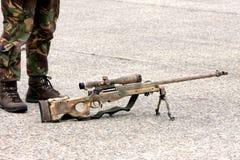 Scharfschützegewehr- und -soldatfahrwerkbeine Lizenzfreie Stockfotos